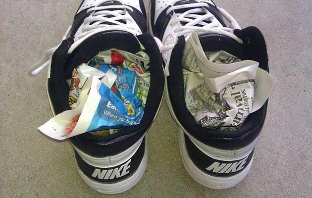 Schoenen drogen oude kranten